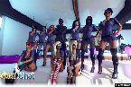 Versaute madchen tragen polizeiuniformen frau mit handschellen